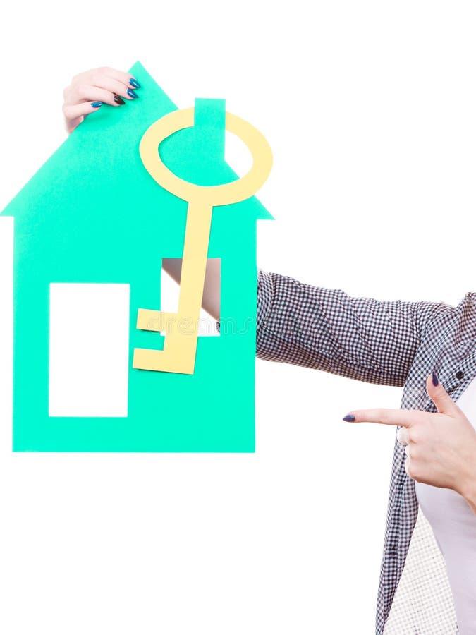Рука женщины держа дом голубой бумаги стоковое изображение rf