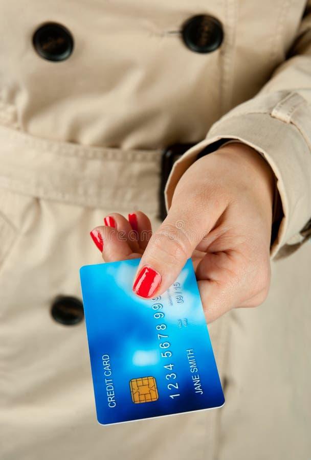 Рука женщины держа кредитную карточку стоковые изображения rf