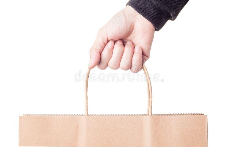 Рука женщины держа бумажную сумку стоковые изображения