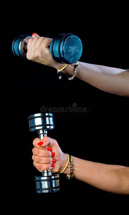 Рука женщины держа весы стоковые изображения