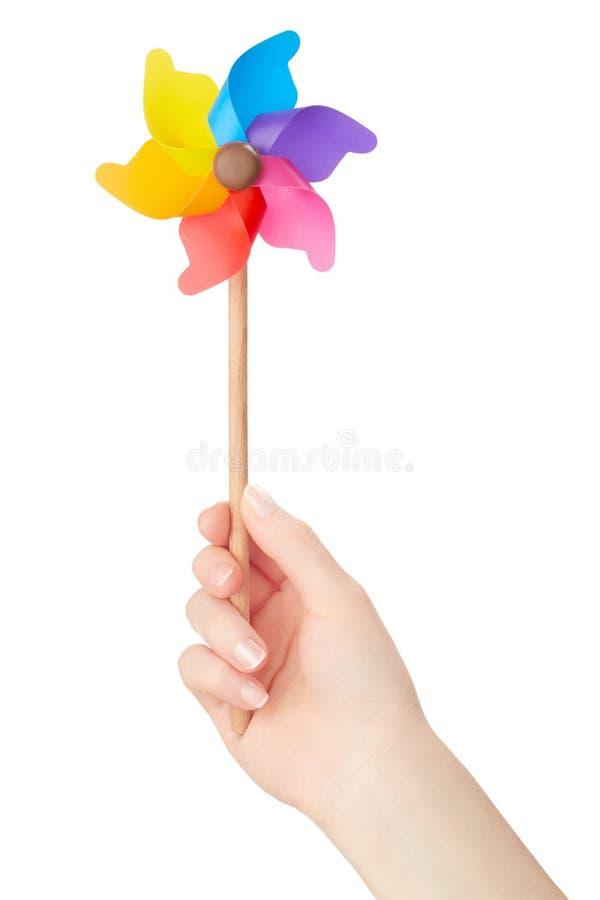 Рука женщины держа красочный pinwheel стоковое фото rf
