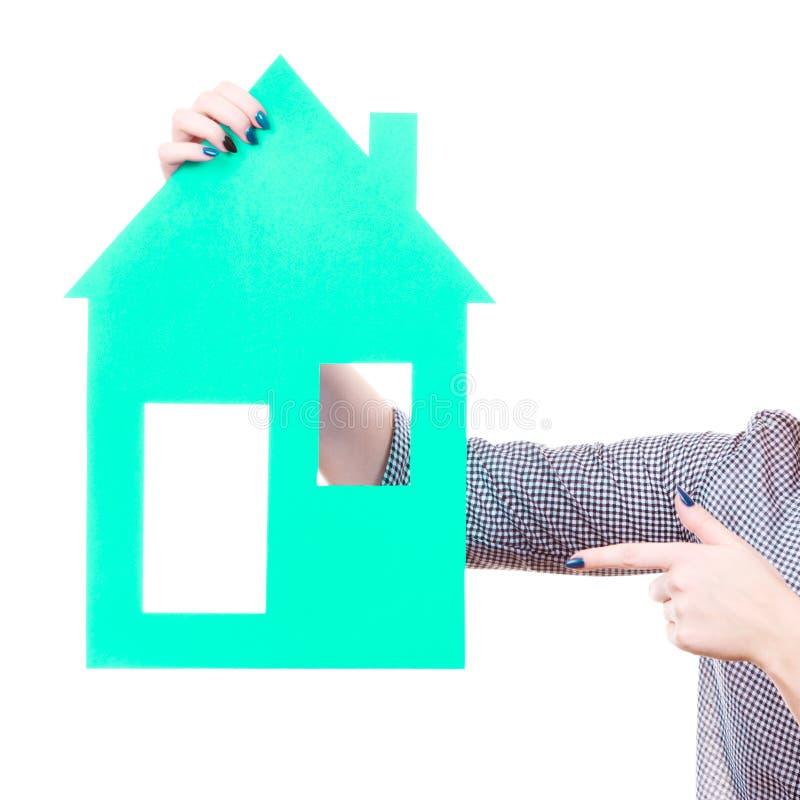 Рука женщины держа дом голубой бумаги стоковые фотографии rf