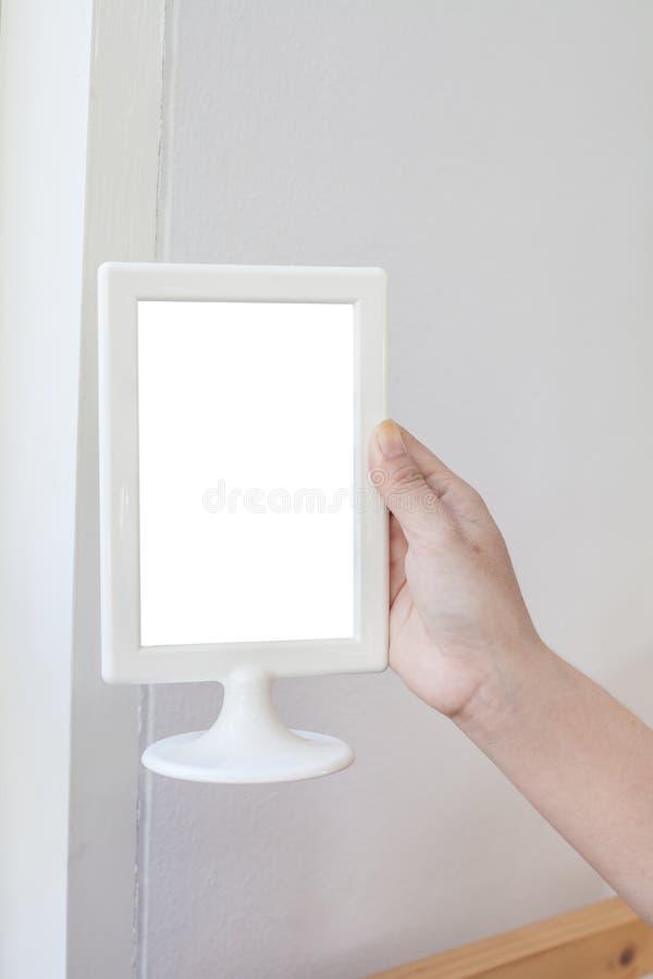 Рука женщины держа пустое меню стоковое фото