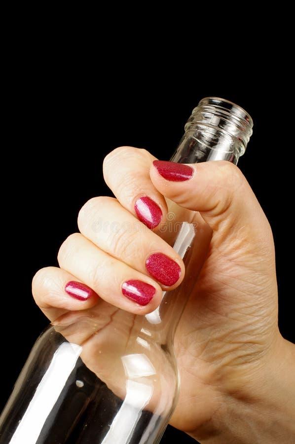 Рука женщины держа пустую бутылку для рециркулировать стоковые фото