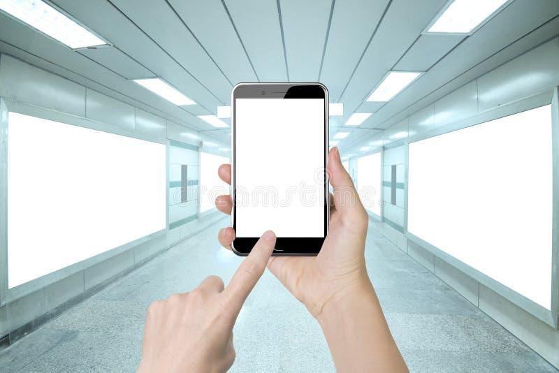 Рука женщины держа экран умного пальца телефона касающий белый стоковое фото rf
