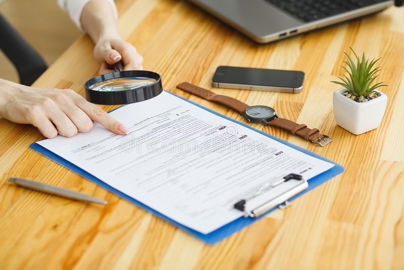 Рука женщины писать или подписывая внутри документ стоковая фотография rf