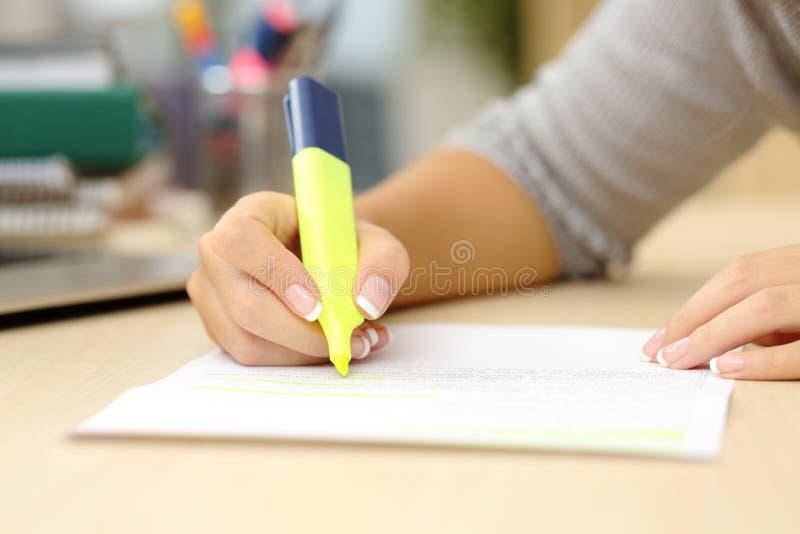 Рука женщины подчеркивая документ стоковая фотография