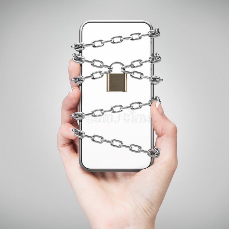 Рука женщины со смартфоном, замком и цепью стоковые изображения