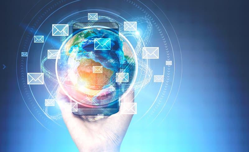 Рука женщины со смартфоном, землей электронной почты бесплатная иллюстрация