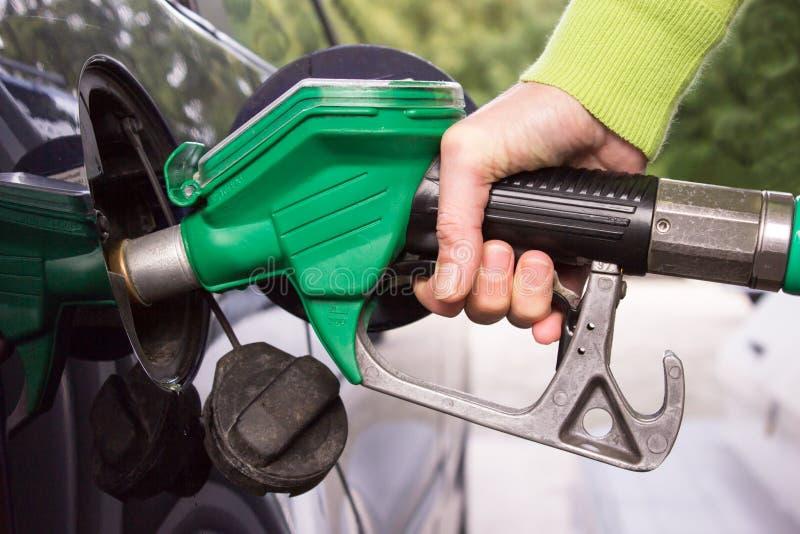 Download Рука заполняя танк автомобиля с бензином Стоковое Изображение - изображение насчитывающей деньги, мотор: 33729061