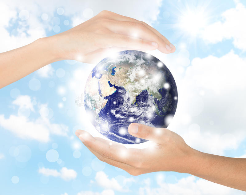 Рука защищает землю, элемент земли законченный NASA стоковая фотография rf