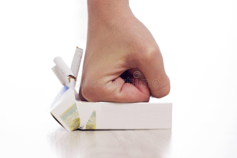 Рука задавливая сигареты стоковая фотография