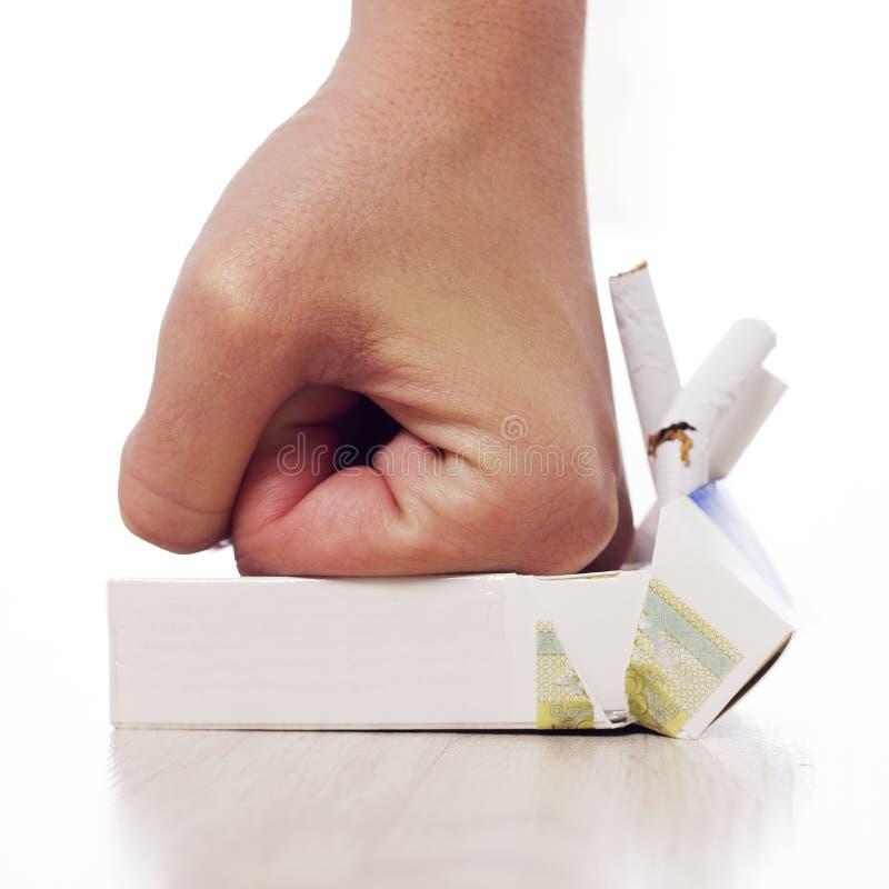 Рука задавливая сигареты стоковые изображения rf