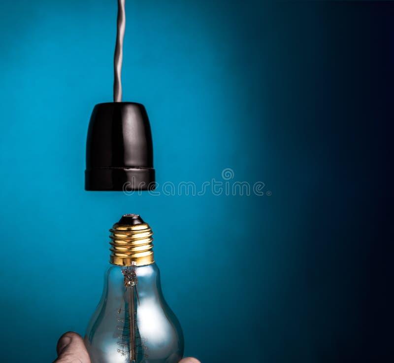 Рука изменяя электрические лампочки античные нити стиля edison на dar иллюстрация вектора