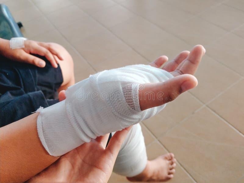 Рука и нога аварии человека предпосылки здравоохранения с повязкой Im стоковое фото