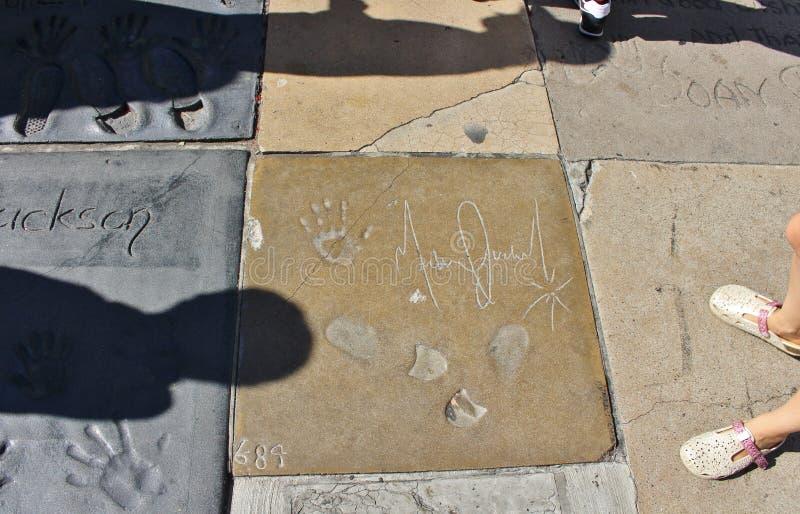 Рука и следы ноги на театре TCL китайском, Голливуде стоковые фото