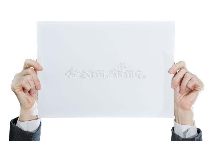 Рука коммерсантки показывая чистому листу бумаги бортовую карту изолированную на белой предпосылке стоковая фотография rf