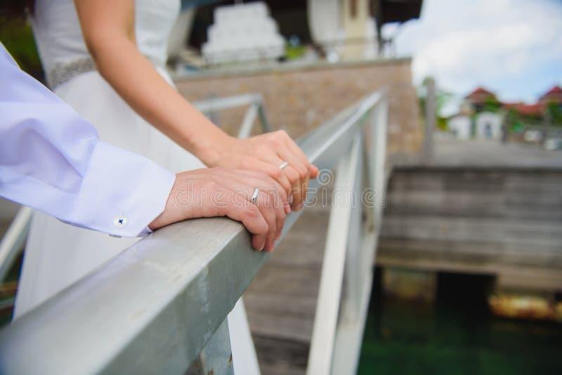 Рука конца-вверх жениха и невеста стоковая фотография rf