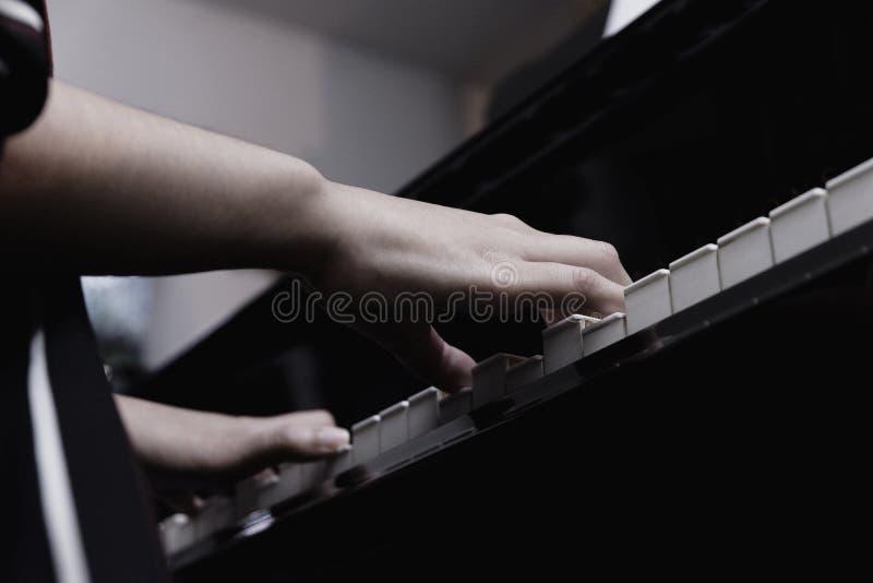 рука конца-вверх женская играя рояль стоковое изображение rf