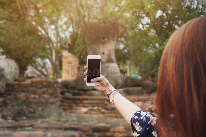 Рука красивой девушки держит мобильный телефон и принимает pictur стоковые изображения rf