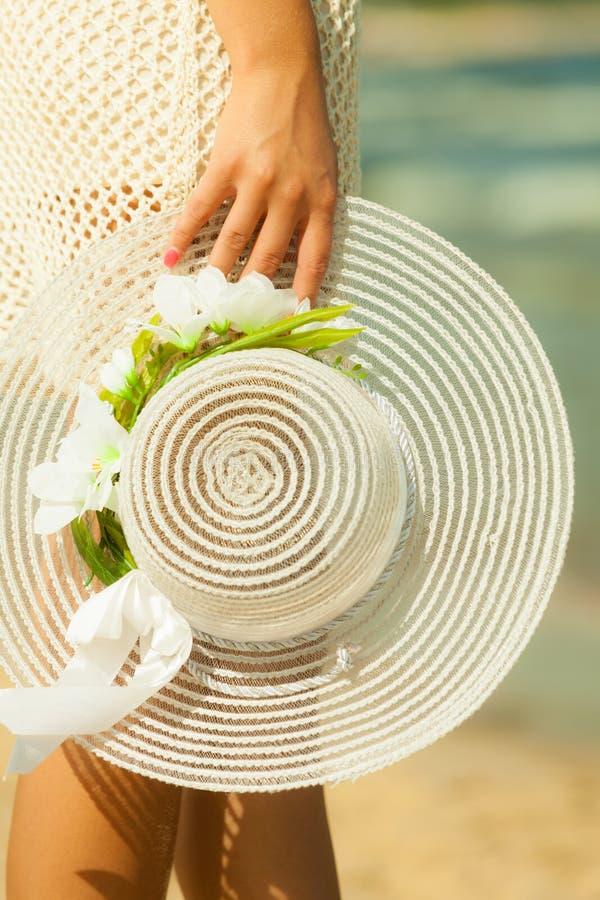 Рука крупного плана женская с шляпой стоковое изображение