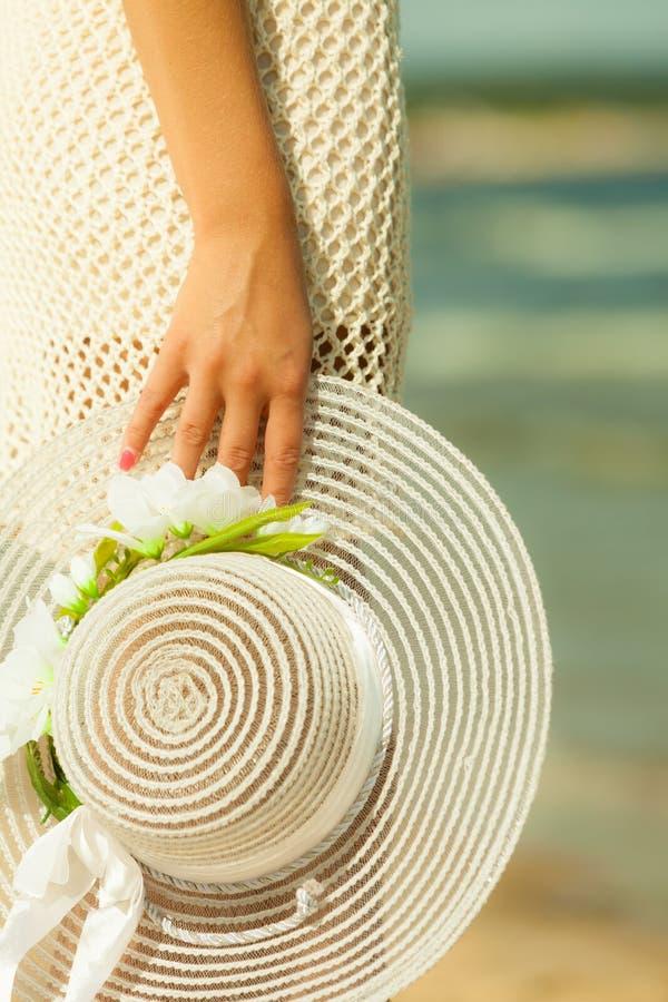 Рука крупного плана женская с шляпой стоковое фото