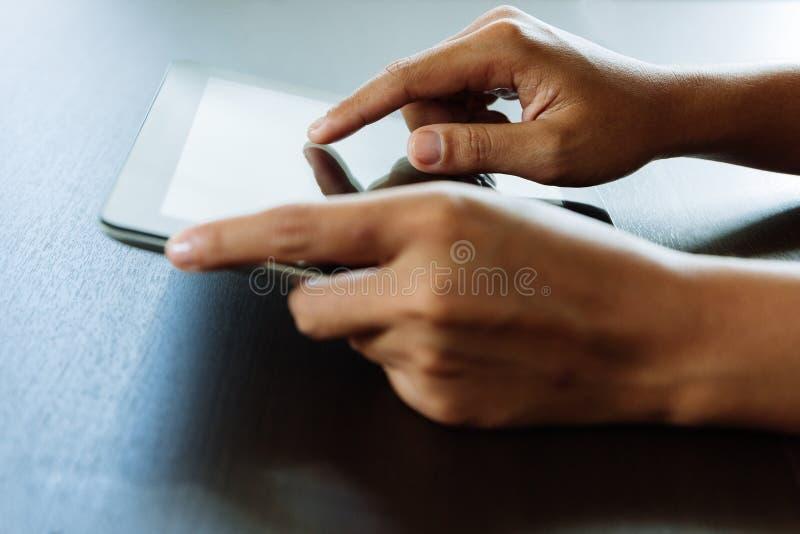 Рука крупного плана используя таблетку, палец селективного фокуса касаясь на t стоковые изображения rf