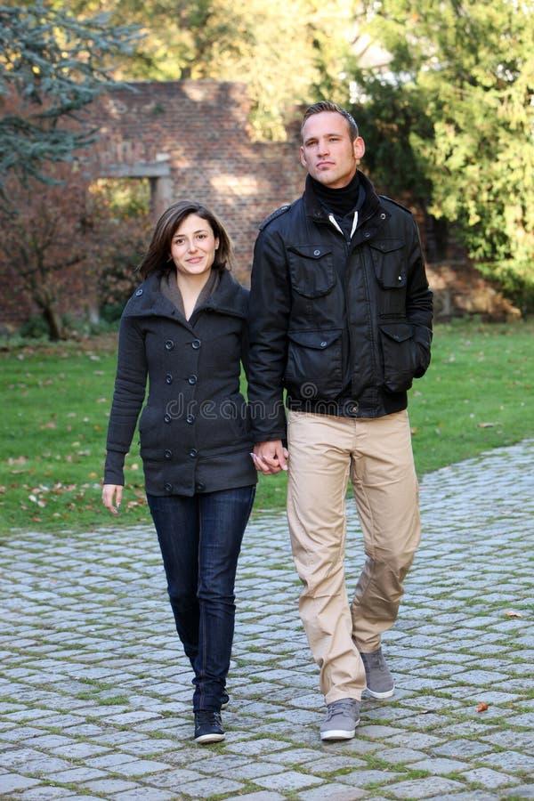 Рука молодых пар причаливая гуляя - внутри - рука стоковые изображения