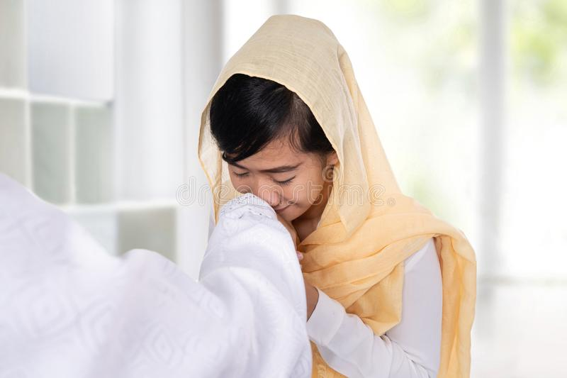 Рука мусульманской женщины целуя извиняется стоковое фото rf