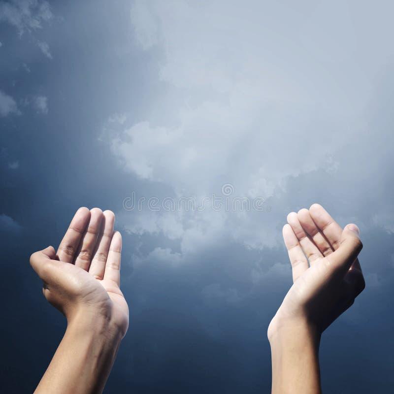 Рука мусульманских людей моля стоковая фотография rf