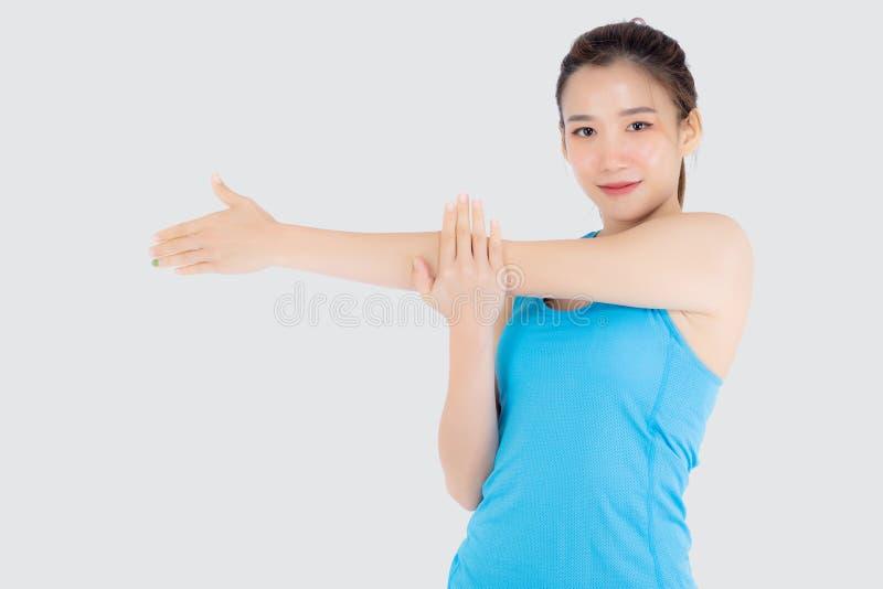 Рука мышцы простирания красивой женщины портрета молодой азиатской счастливая стоя изолированная на белой предпосылке стоковое изображение rf