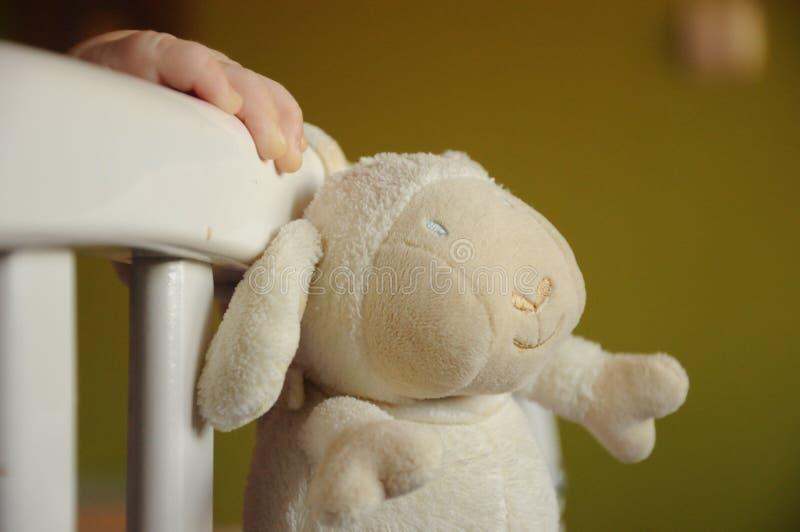 Рука младенца и игрушка стоковые изображения rf
