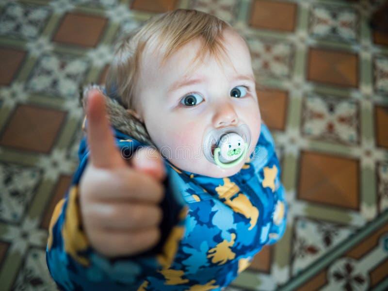 рука младенца покажите палец в камере стоковое изображение