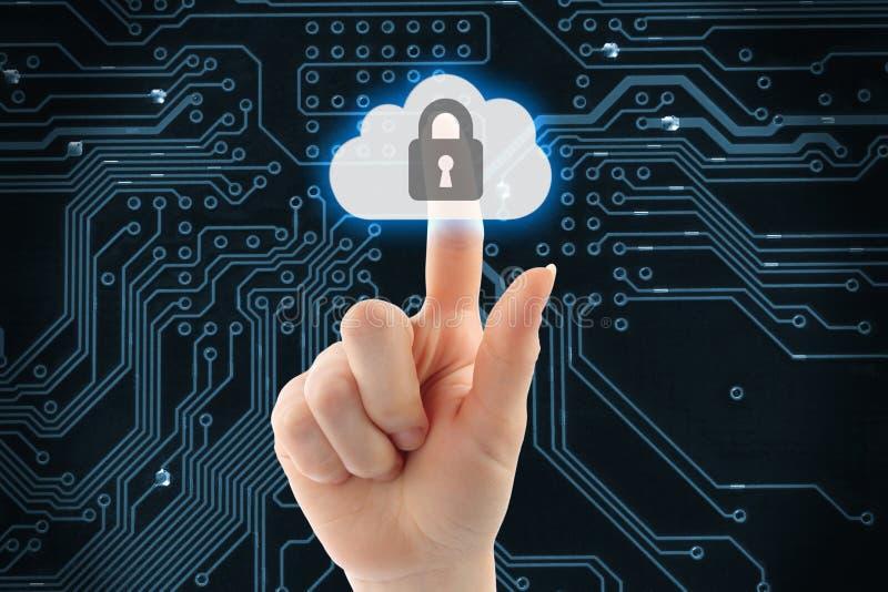 Рука нажимая виртуальную кнопку безопасностью облака стоковое изображение rf