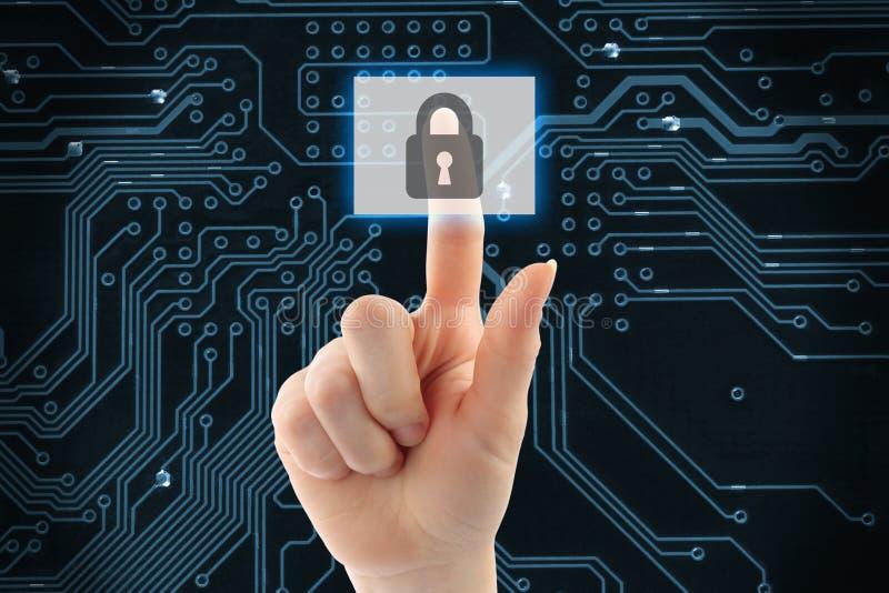 Рука нажимая виртуальную кнопку безопасностью стоковые изображения rf