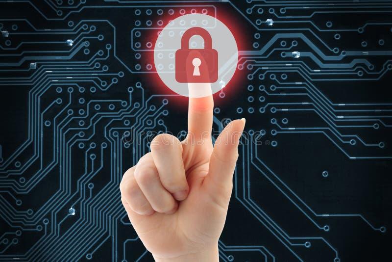 Рука нажимая виртуальную кнопку безопасностью стоковое изображение rf