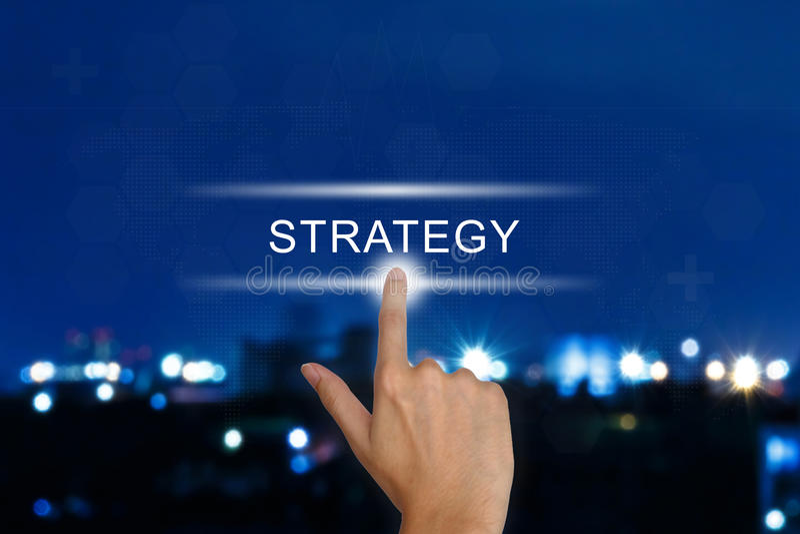 Рука нажимая кнопку стратегии на экране касания стоковое фото