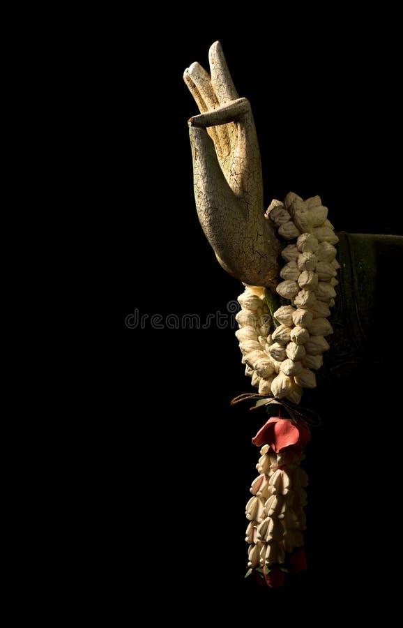 Рука натюрморта, Будды и цветок изолированные на черноте, искусстве стоковые фотографии rf