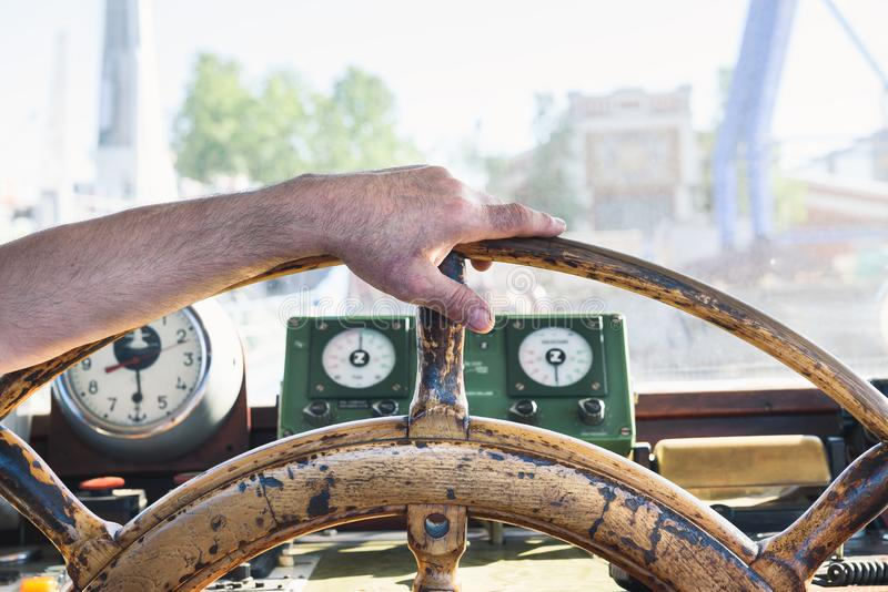 Рука на колесе старого корабля стоковое изображение rf