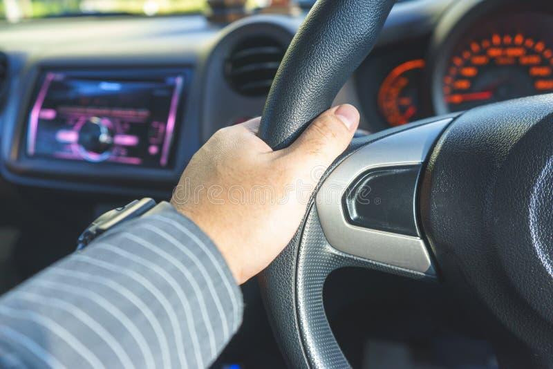 Рука на рулевом колесе стоковые изображения rf