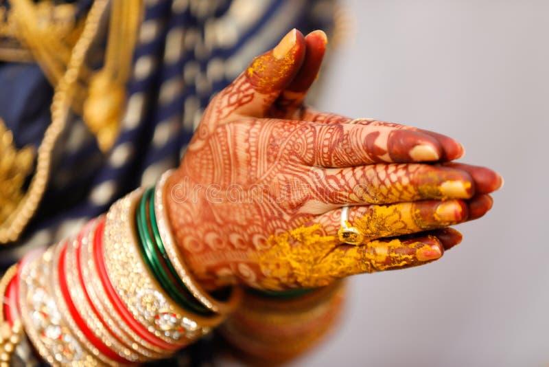 Рука невесты Bangles стоковые фото