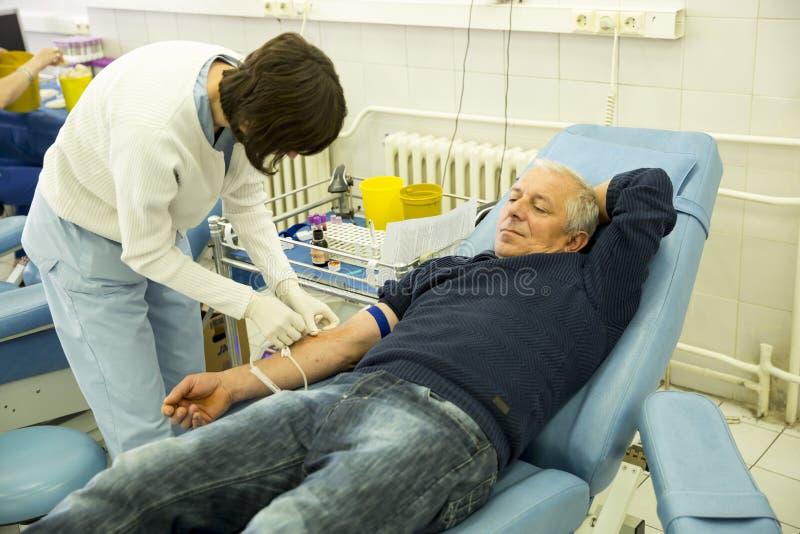 Рука донорства крови стоковые изображения