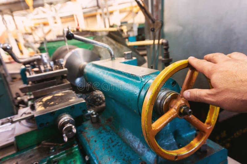 Рука оператора машины создает механический переключатель дальше токарный станок стоковые фотографии rf