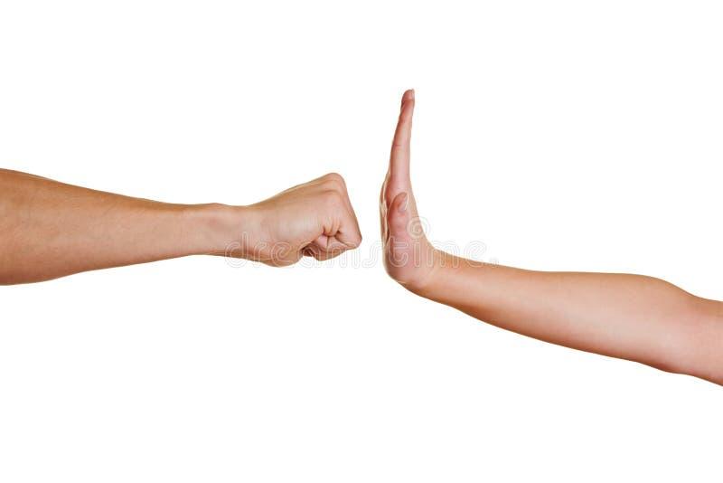 Рука останавливая кулачок стоковые изображения