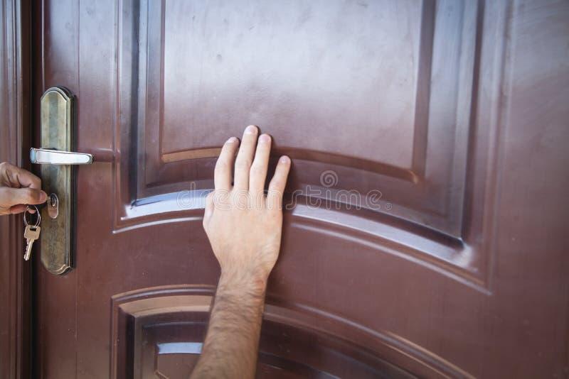 Рука открывая дверь с ключом стоковое изображение rf