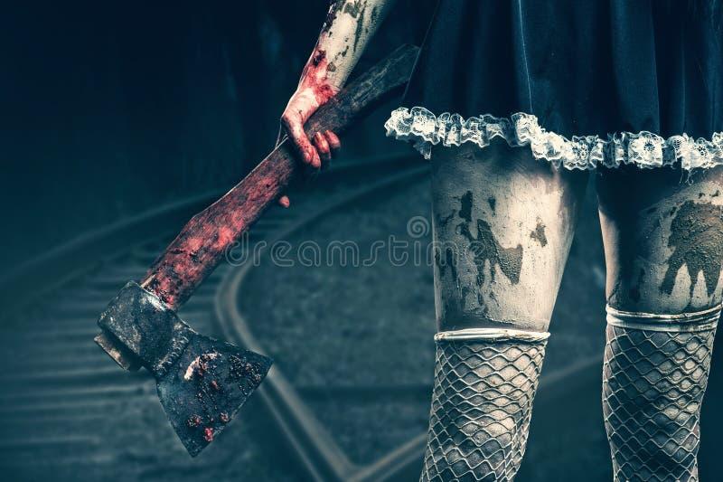 Рука пакостной женщины держа кровопролитную ось стоковые изображения rf