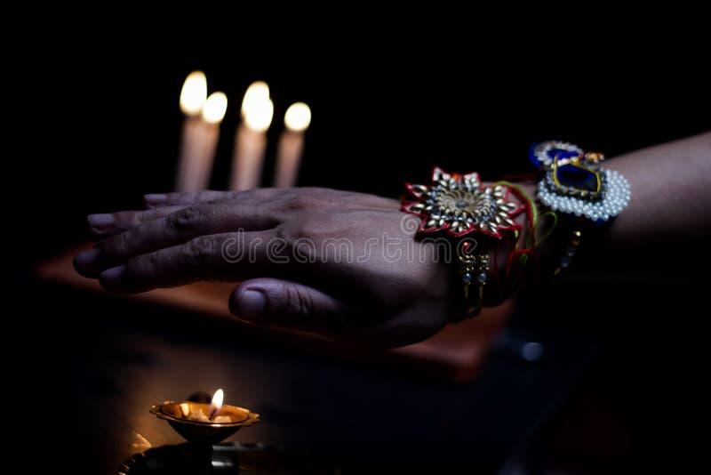 рука парня с rakhi связанного в запястье в случае rakshabandhan стоковое фото