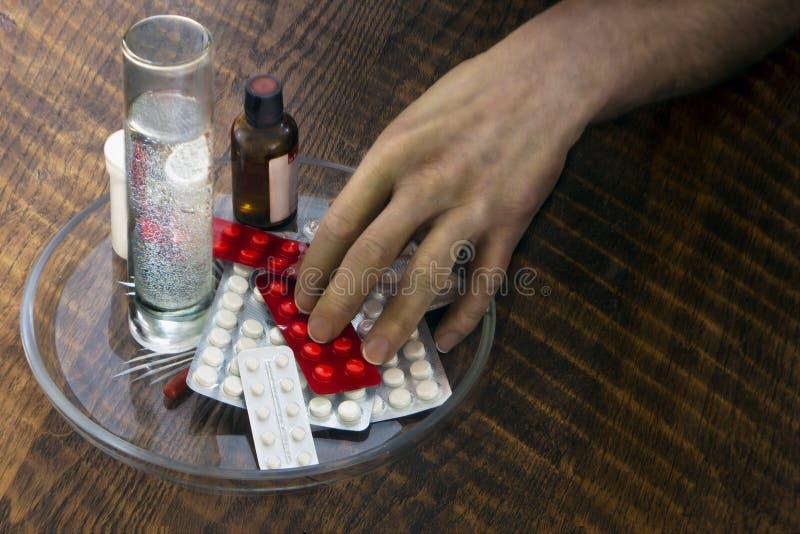 Рука пациента принимает медицины стоковые фотографии rf