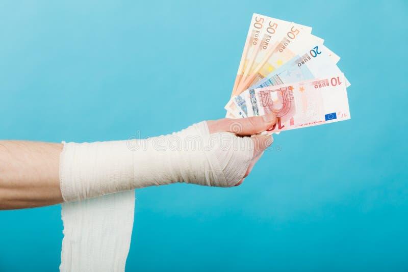 Рука перевязанная мужчиной с деньгами стоковое фото rf