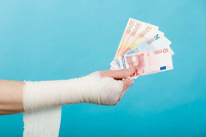 Рука перевязанная мужчиной с деньгами стоковые изображения rf